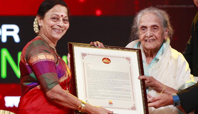 Seema Deo receiving award by senior Marathi actress Sulochana